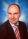 Oliver Lang (36) studierte Volkswirtschaftslehre und Politologie und erwarb den aka demischen Grad eines Dipl.-Staatswissenschaftlers. - 069329